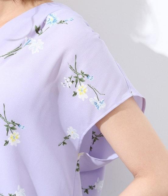 ビス | フレンチスリーブ飛び花柄ノーカラーブラウス - 4