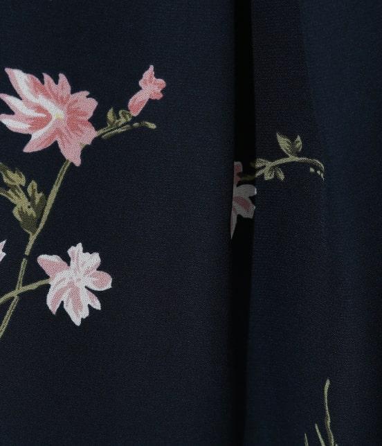 ビス | フレンチスリーブ飛び花柄ノーカラーブラウス - 11